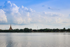 De Thaise naam & x22 van de silhouettempel; Wat Nong Wang & x22; wordt gevestigd in Khonkaen, de mooie hemel van Thailand terwijl Stock Afbeeldingen