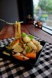 De Thaise noedel van salade zure & kruidige zeevruchten, selderievarkensvlees Stock Afbeeldingen