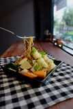 De Thaise noedel van salade zure & kruidige zeevruchten, selderievarkensvlees en garnaal Stock Foto