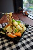 De Thaise noedel van salade zure & kruidige zeevruchten, selderievarkensvlees en garnaal Royalty-vrije Stock Afbeelding