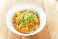 De Thaise Noordelijke soep van de stijlkerrie met noedel Stock Foto's