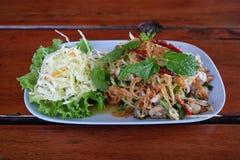 De Thaise oestersalade dient op de schotel Stock Afbeeldingen