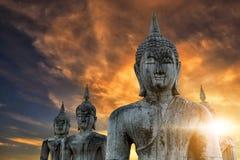 De Thaise oude standbeelden van Boedha met zonlicht in de ochtend Stock Foto