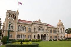 De Thaise Overheidsbouw, Thais Overheidshuis (Santi Maitri Building) in Bangkok, Thailand op de Dag 2016 van Kinderen Stock Afbeelding