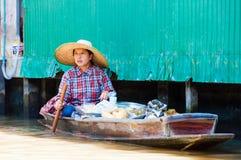 De Thaise plaatselijke bewoners verkopen voedsel en herinneringen bij beroemde het drijven van Damnoen Saduak markt, Thailand Royalty-vrije Stock Foto's