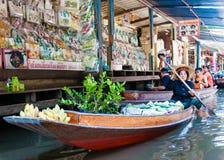 De Thaise plaatselijke bewoners verkopen voedsel en herinneringen bij beroemde het drijven van Damnoen Saduak markt, Thailand Stock Fotografie