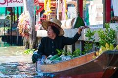 De Thaise plaatselijke bewoners verkopen voedsel en herinneringen bij beroemde het drijven van Damnoen Saduak markt, Thailand Royalty-vrije Stock Foto