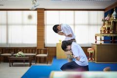 De Thaise Studenten betalen eerbied Stock Afbeeldingen