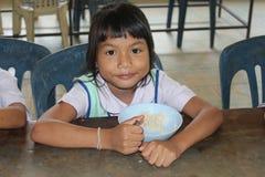 De Thaise studenten is genieten van in lunchtijd royalty-vrije stock afbeeldingen