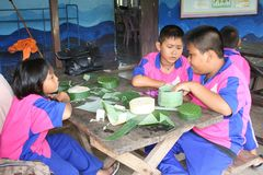 De Thaise studenten maken samen KRA TONG royalty-vrije stock fotografie