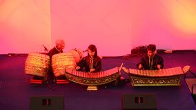 De Thaise studenten verbinden speel traditioneel Thais muzikaal instrumentenoverleg tonen stock video
