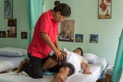 De Thaise traditionele massage voor traktatie doet pijnen pijn royalty-vrije stock afbeelding