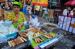 De Thaise verkoper van het straatvoedsel met grillmateriaal verkoopt worsten Chiang Mai Thailand Stock Afbeeldingen