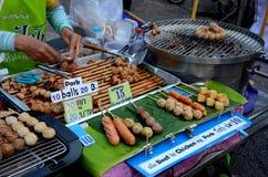 De Thaise verkoper van het straatvoedsel met grillmateriaal verkoopt worsten Chiang Mai Thailand Stock Foto's