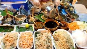 De Thaise verkoper van het straatvoedsel in noordelijk Thailand stock video