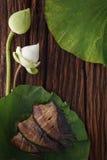 De Thaise vissen van de voedsel droge gezouten die juffer met de jasmijndecoratie van de bloemlotusbloem worden gebraden op houte Royalty-vrije Stock Afbeelding