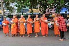 De Thaise vrouw biedt haar voedsel aan Boeddhistische beginners aan bij Asaha Puja Day of Sangha-Dag stock foto's