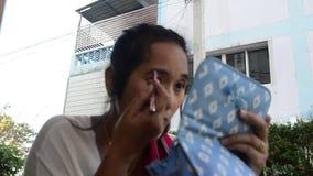 De Thaise vrouwen gebruiken wenkbrauwpotlood omhoog maken stock videobeelden