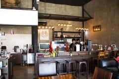 De Thaise werknemer maakte hete en koude dranken in lokale koffiewinkel voor Thaise mensen en buitenlandse reizigers in Udon Than stock afbeeldingen