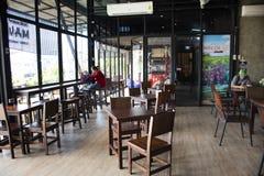 De Thaise werknemer maakte hete en koude dranken in lokale koffiewinkel voor Thaise mensen en buitenlandse reizigers in Udon Than royalty-vrije stock foto's