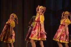 De theatrale prestaties van kinderen van dansgroep in nationale kostuums Royalty-vrije Stock Afbeeldingen