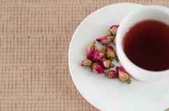 De thee die van thee wordt gemaakt nam bloemblaadjes toe Stock Afbeelding
