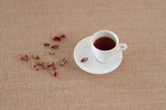 De thee die van thee wordt gemaakt nam bloemblaadjes toe Stock Foto's