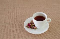 De thee die van thee wordt gemaakt nam bloemblaadjes toe Stock Afbeeldingen