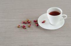 De thee die van thee wordt gemaakt nam bloemblaadjes toe Royalty-vrije Stock Fotografie