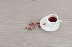 De thee die van thee wordt gemaakt nam bloemblaadjes toe Royalty-vrije Stock Foto
