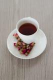 De thee die van thee wordt gemaakt nam bloemblaadjes toe Stock Fotografie