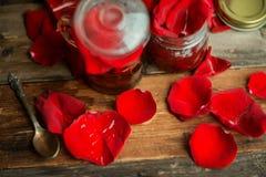 De thee die van thee wordt gemaakt nam bloemblaadjes in een glaskom op houten rustieke achtergrond gestemd beeld toe Royalty-vrije Stock Foto