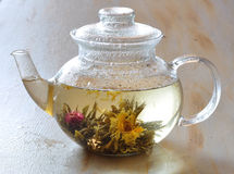 De thee is in een theepot Stock Foto