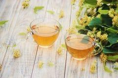 De thee en de bloemen van de linde Stock Afbeelding