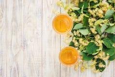De thee en de bloemen van de linde Stock Foto's