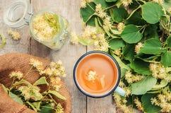 De thee en de bloemen van de linde Stock Afbeeldingen
