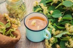 De thee en de bloemen van de linde Stock Fotografie