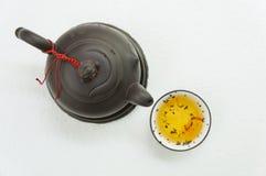 De thee giet drank hete middag ceramisch concept Stock Afbeeldingen