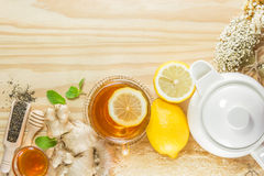 De thee met de gember van de munthoning en citroen op houten achtergrond, warme ton Stock Foto's