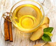 De thee met Kruiden toont Vers Ginger And Drinks stock foto's