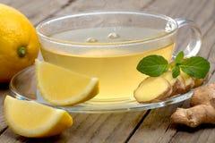 De thee van de gembercitroen op houten lijst Stock Fotografie