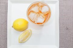 De thee van de ijscitroen met citroenplak Royalty-vrije Stock Foto's