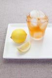 De thee van de ijscitroen met citroenplak Royalty-vrije Stock Fotografie