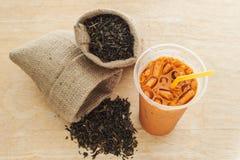 De thee van de ijsmelk met theebladen Stock Afbeeldingen