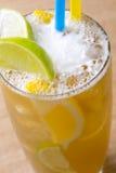 De thee van het close-upijs met room, ijs, gele en groene citroen Stock Afbeelding