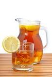 De thee van het ijs met citroenwaterkruik Stock Fotografie