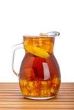 De thee van het ijs met citroenwaterkruik Stock Foto's