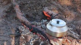 De thee van het kampvuurontbijt stock footage