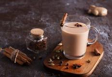 De thee van Masalachai op de donkere achtergrond Hete Indische drank met kruiden stock foto