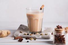 De thee van Masalachai op de witte achtergrond Hete Indische drank met kruiden stock foto